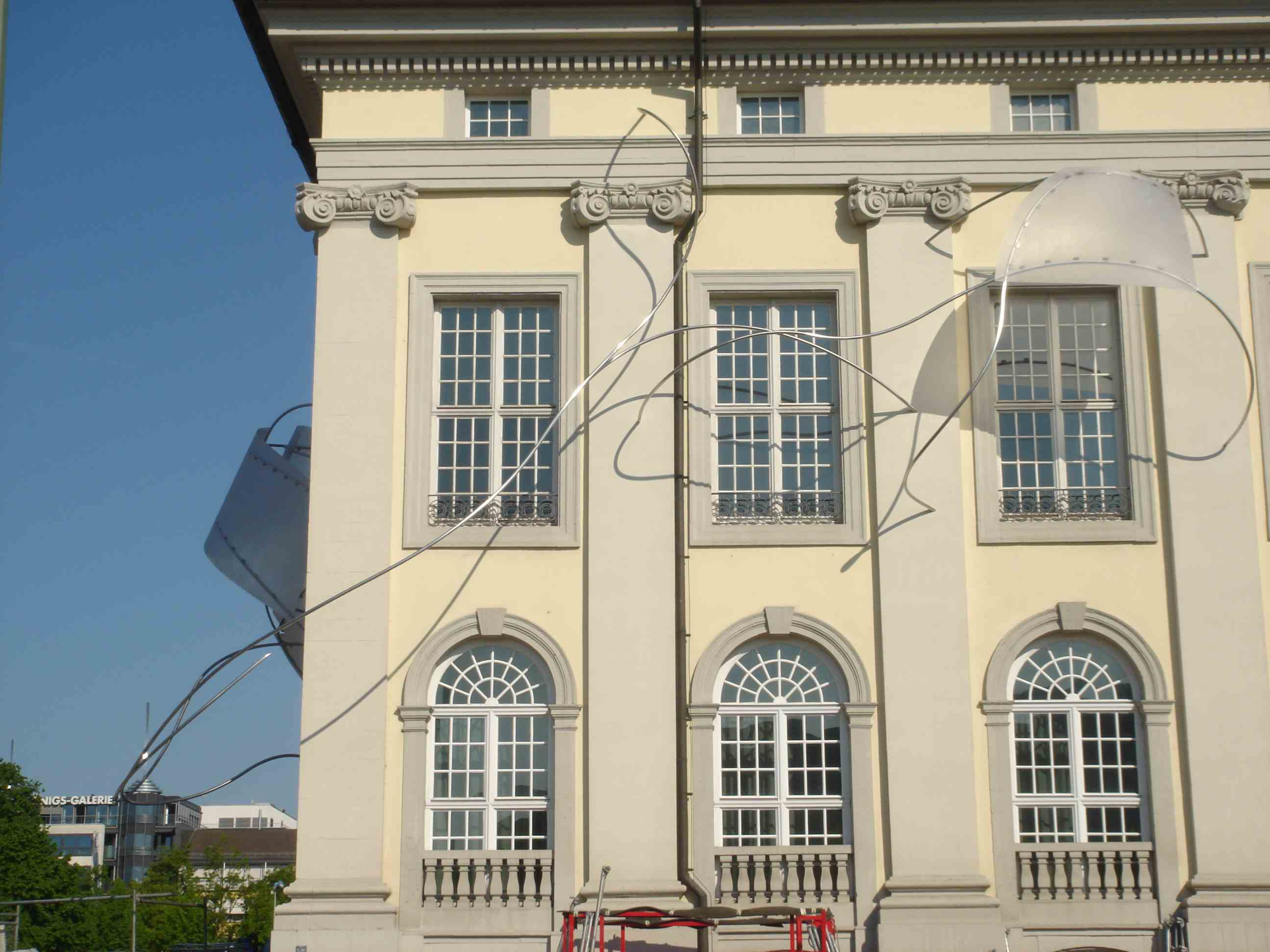 Iole_de_Freitas_-_Instala__o_Documenta_de_Kassel_-_2007_-_Policarbonato_e_a_o_inox_2